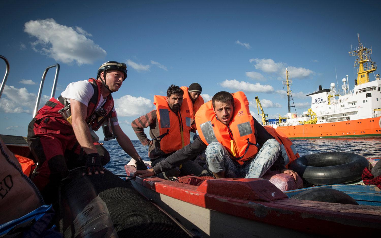 Ein junger Syrer, der gemeinsam mit seiner schwangeren Frau reiste, bereitet sich darauf vor, in das Schnellboot der SOS MEDITERRANEE zu steigen, um auf die Aquarius gebracht zu werden. 10. Oktober 2017.