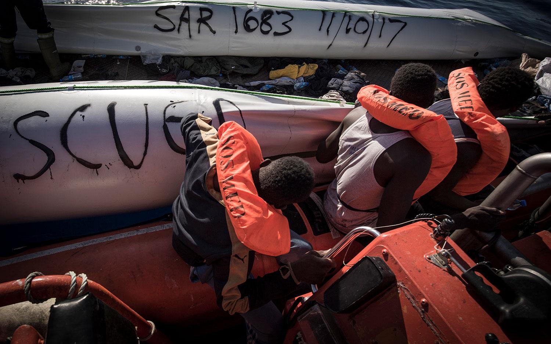 Die Crew von SOS MEDITERRANEE markiert ein Schlauboot mit Rettungsnummer und Datum. 11. Oktober 2017.
